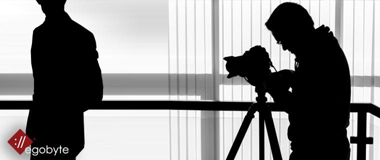 Fotografico professionale e modello in posa