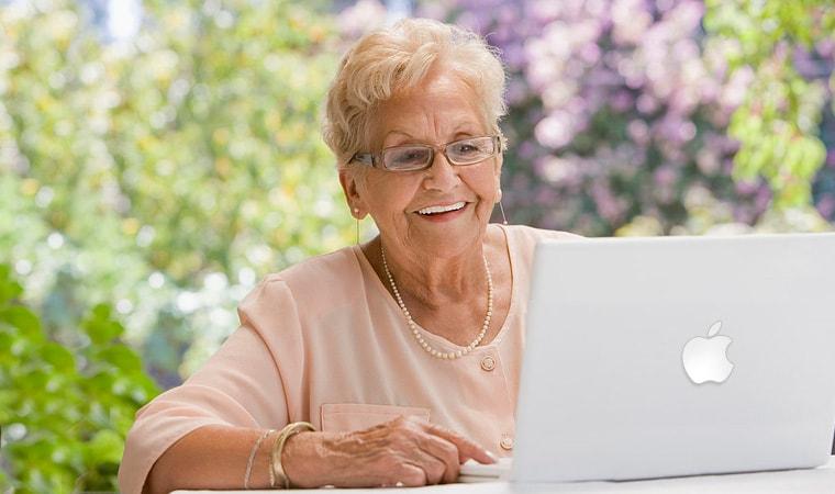 Signora anziana che gestisce il proprio sito internet realizzato da egobyte: un gioco da ragazzi!