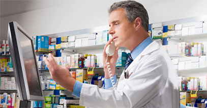 Farmacista che gestisce comodamente da pannello di controllo i propri prodotti.