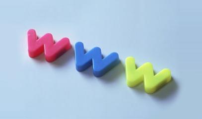 scritta www in plastica: rosa,azzurro e giallo
