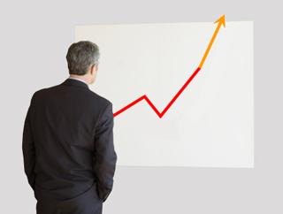 professionista che verifica l'andamento di un grafico.
